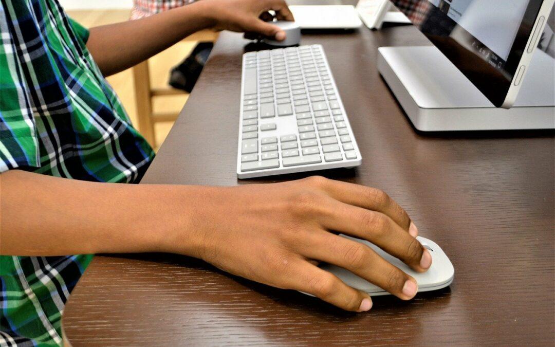 Jungen Menschen mit Zwangsstörungen hilft Onlinepsychotherapie